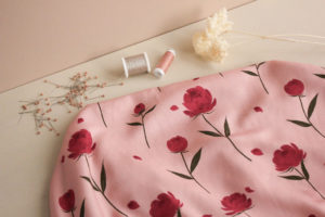 tissu-viscose-happy-peony-rose-lise-tailor-1